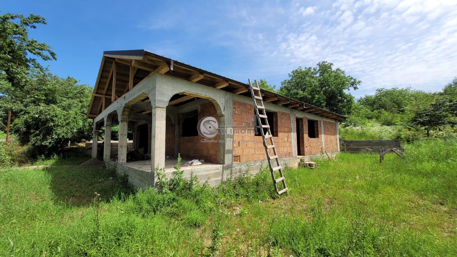 Casa la rosu si teren 1600 mp in Ciurea
